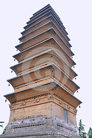 Torre velha no templo chinês do Buddhism