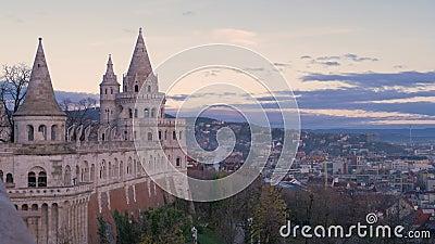 Torres da Bacia do Pescador contra o fundo de um céu amanhecer Budapeste, Hungria vídeos de arquivo