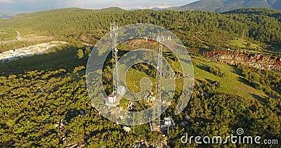 Torres de comunicación del teléfono móvil en naturaleza almacen de video