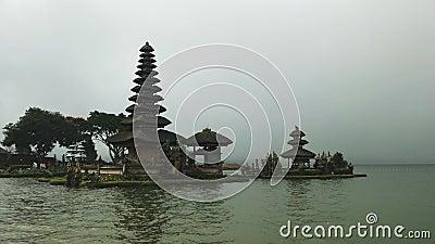 Torres de ulun danu beratan temple ao lado do lago bratan, bali vídeos de arquivo