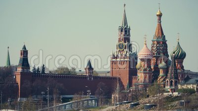 Torres do Kremlin de Moscou com chimés numa das torres filme