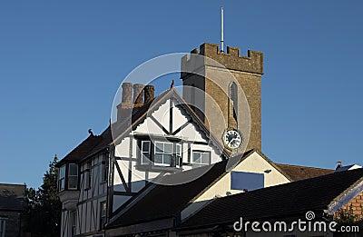 torretta di orologio della chiesa con la costruzione del