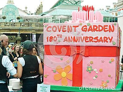 Torta de cumpleaños en cumpleaños del jardín de Covent el 180o Imagen editorial