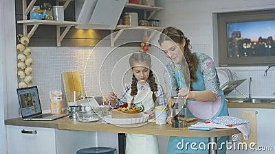 Torta de Lunch Preparing Delicious do cozinheiro da mãe das ajudas da criança vídeos de arquivo