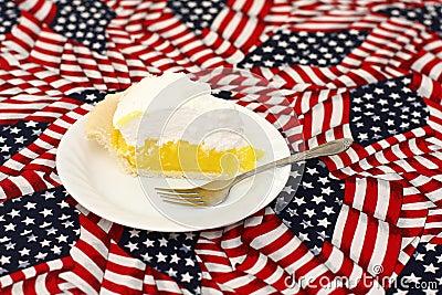 Torta de meringue de limão no tablecloth da bandeira americana