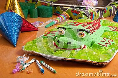 Torta della festa di compleanno dei bambini immagine stock - Colorazione pagina della torta di compleanno ...