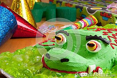 Torta y decoraciones de cumpleaños de los cabritos