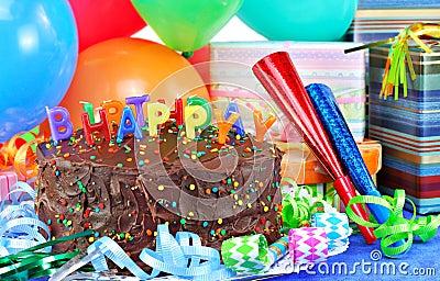 Torta y globos del feliz cumpleaños