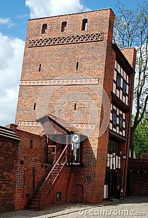 Torun, Polen: 13. Jahrhundert-lehnender Kontrollturm Redaktionelles Stockfotografie