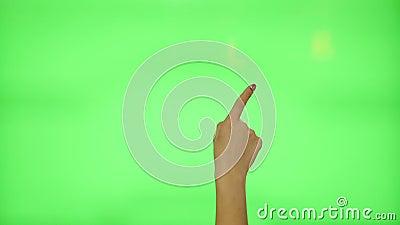 11 touchscreen gebaren - vrouwelijke hand met rode spijkers, op het groen scherm stock video