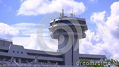 Tour de contrôle à l'aéroport, au contrôle et à la gestion des vols d'avions banque de vidéos
