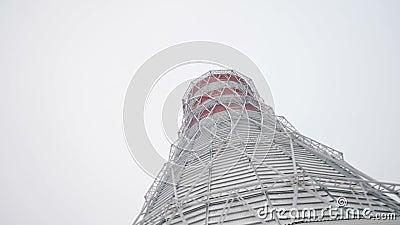 Tour et cheminées de refroidissement avec la vapeur contre le ciel banque de vidéos