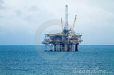 Tour et plate-forme de pétrole un jour obscurci