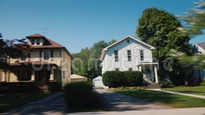 Tour le long des banlieues américaines typiques De la fenêtre de la voiture vous pouvez voir les maisons en bois et les pelouses  banque de vidéos