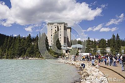 Tourisme de masse sur Lake Louise près du château