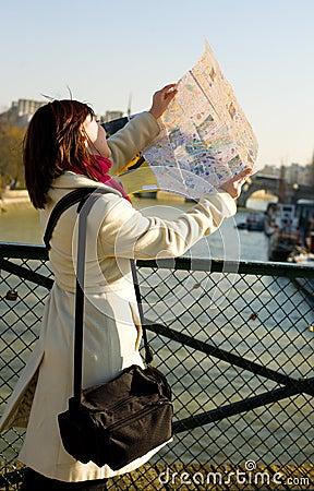 Tourist, der in Paris verloren erhält