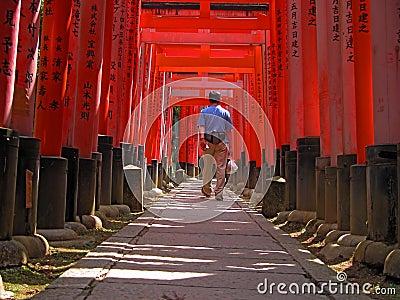 Tourist in Kyoto-Inari versieht Tunnel mit einem Gatter