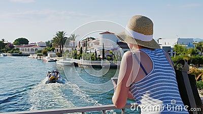 Tourist mit Telefon Auf der Brücke über den Kanal in Empuriabrava, Spanien Das Konzept - eine Reise nach Europa stock video footage