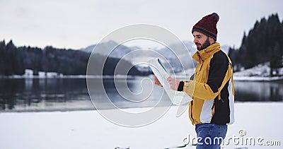 Touriste de marche avec une grande carte et regarder autour de trouver sa destination droite, il est arrivé dans un bel endroit a banque de vidéos