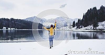 Touriste heureux courant vers le grand lac avec une carte heureuse il est arrivé à sa destination, il jettent en bas de la carte  banque de vidéos
