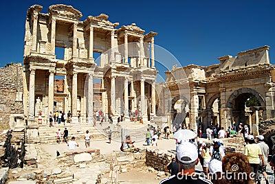 Touristen in Ephesus - der Türkei Redaktionelles Bild
