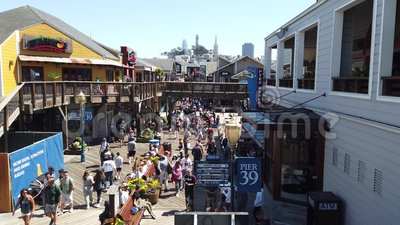 Touristen in Pier 39 in Fishermans Wharf Spaziergang und Shopping stock video footage