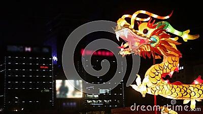 Touristen sehen Drachebeleuchtungsdekorationen am Stadtmauer-neues Jahr-Laternen-Festival, Xi'an, Shaanxi, Porzellan an stock footage