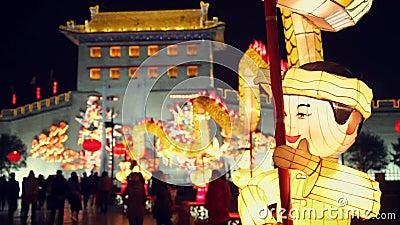 Touristen sehen Laternendekorationen an der Stadtmauer w?hrend des Laternen-Festivals, Xi'an, Shaanxi, Porzellan an stock video