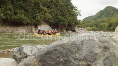 Touristes en rafting faisant un tour clips vidéos