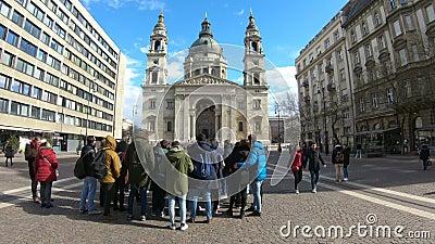 Touristes marchant à la place devant la basilique de St Stephen Budapest_ Hongrie clips vidéos