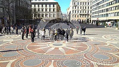 Touristes marchant à la place devant la basilique de St Stephen Budapest_ Hongrie banque de vidéos