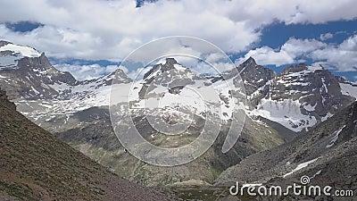 Touristes sur un col dans les Alpes clips vidéos