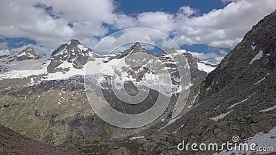 Touristes sur un col dans les Alpes banque de vidéos