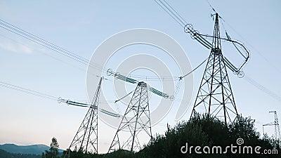 Tours de transmission Pylônes électriques Déménager à travers un pylône électrique haute tension contre un ciel magnifique au cré banque de vidéos