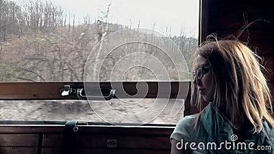 Tours fatigués de fille sur le train banque de vidéos
