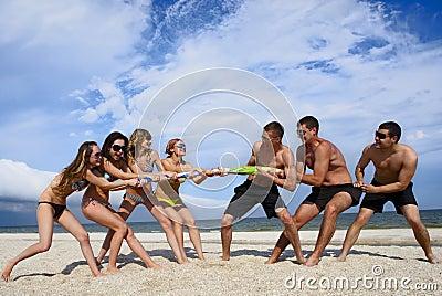 Touwtrekwedstrijd op het strand