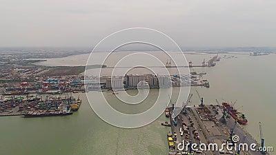 Towarowy i pasażerski port morski w Surabaya, Java, Indonezja zbiory