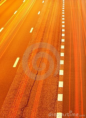 Tráfego da estrada na noite