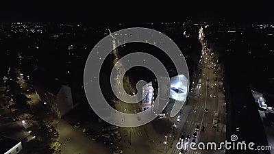 Tráfego de carros video 4K do zangão da grade da cidade da noite vídeos de arquivo