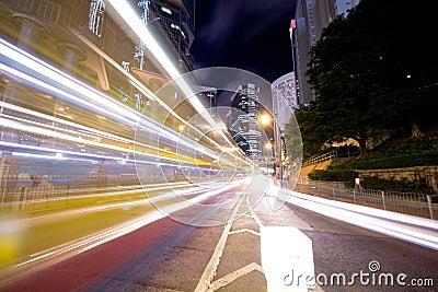 Tráfico céntrico en la noche