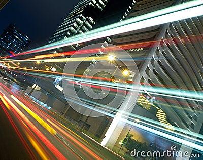 Tráfico urbano en la noche