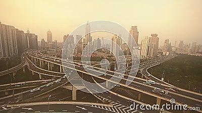 Trânsito intenso no intercâmbio da estrada, ideia aérea da poluição do embaçamento de Shanghai filme