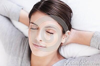 Träumen des Gesichtes der jungen attraktiven jungen Frau