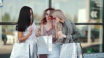 Três ? moda ruidosa mostrando compras parecendo saco de compras com emoção positiva video estoque
