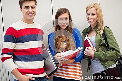 Três estudantes que estão junto