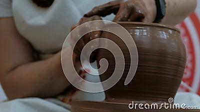 Trübung formt das Tonprodukt mit Töpferwerkzeugen auf dem Töpferrad Nähe weiblicher Hände mit moderner Uhr stock video