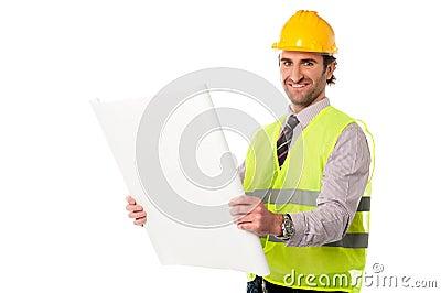 Trabajador de construcción de sexo masculino que sostiene el modelo