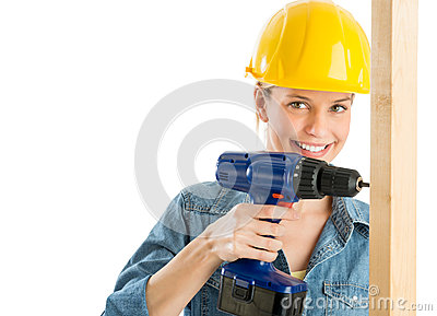 Trabajador de construcción Using Power Drill en tablón de madera