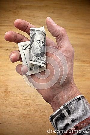 Trabajador que lleva a cabo cientos dólares