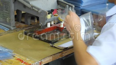 Trabajadores chinos en una fábrica plástica metrajes